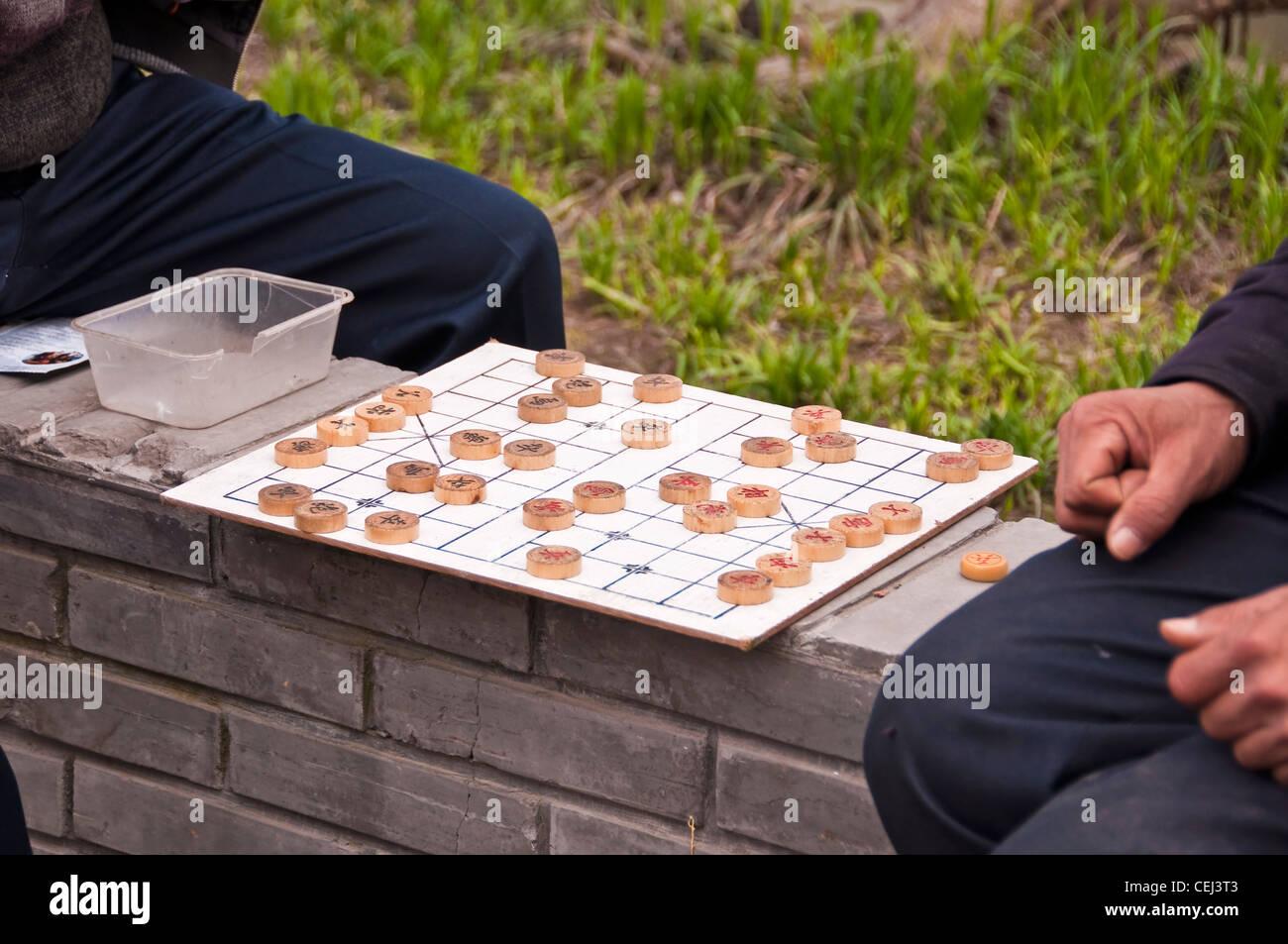 Chinese men playing chinese chess (xiangqi) - Suzhou (China) - Stock Image
