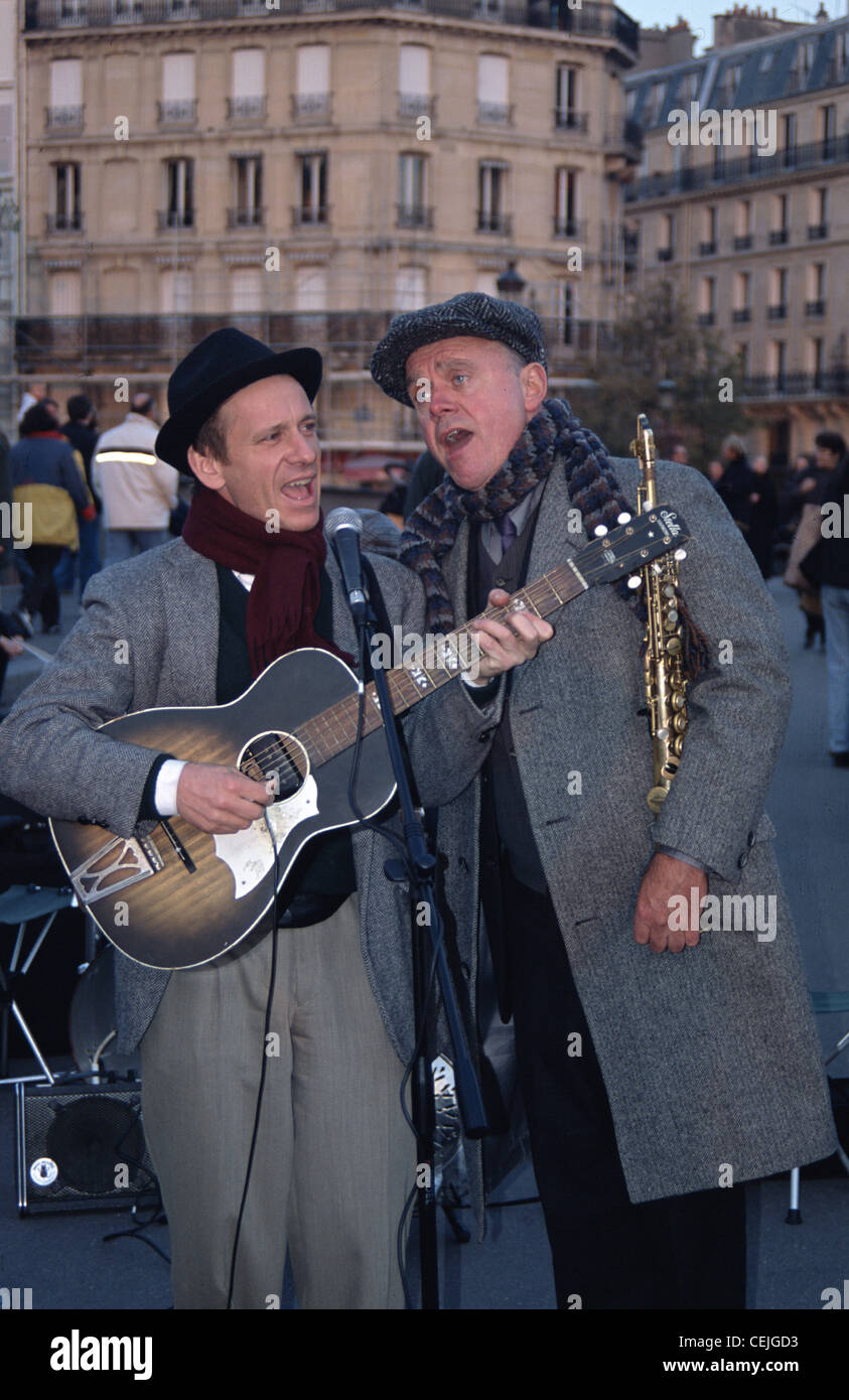 Musicians, band, buskers playing on Pont St Louis, Paris - Stock Image