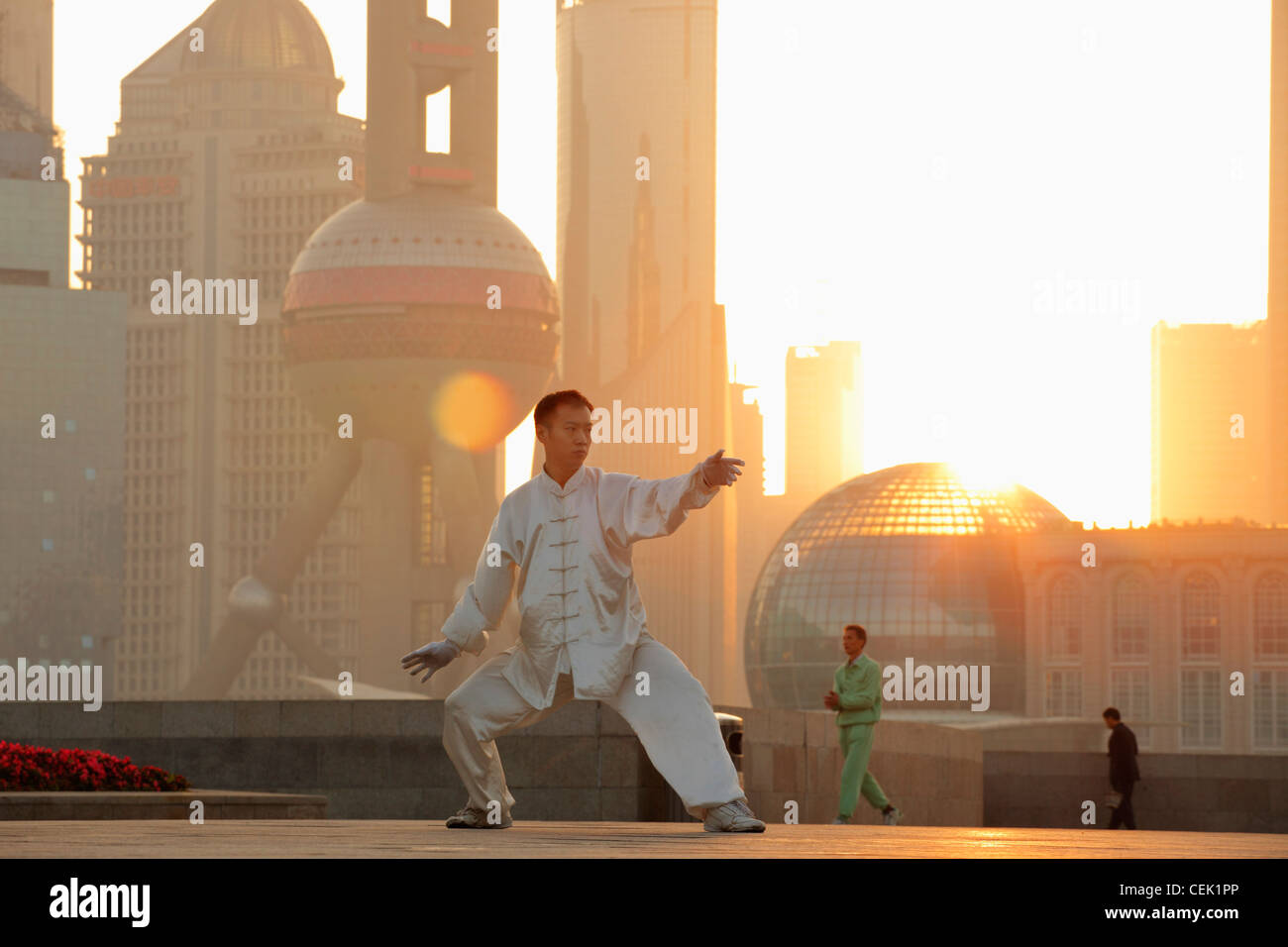 Chinese man doing martial arts in the morning on the Bund, Shanghai, China - Stock Image