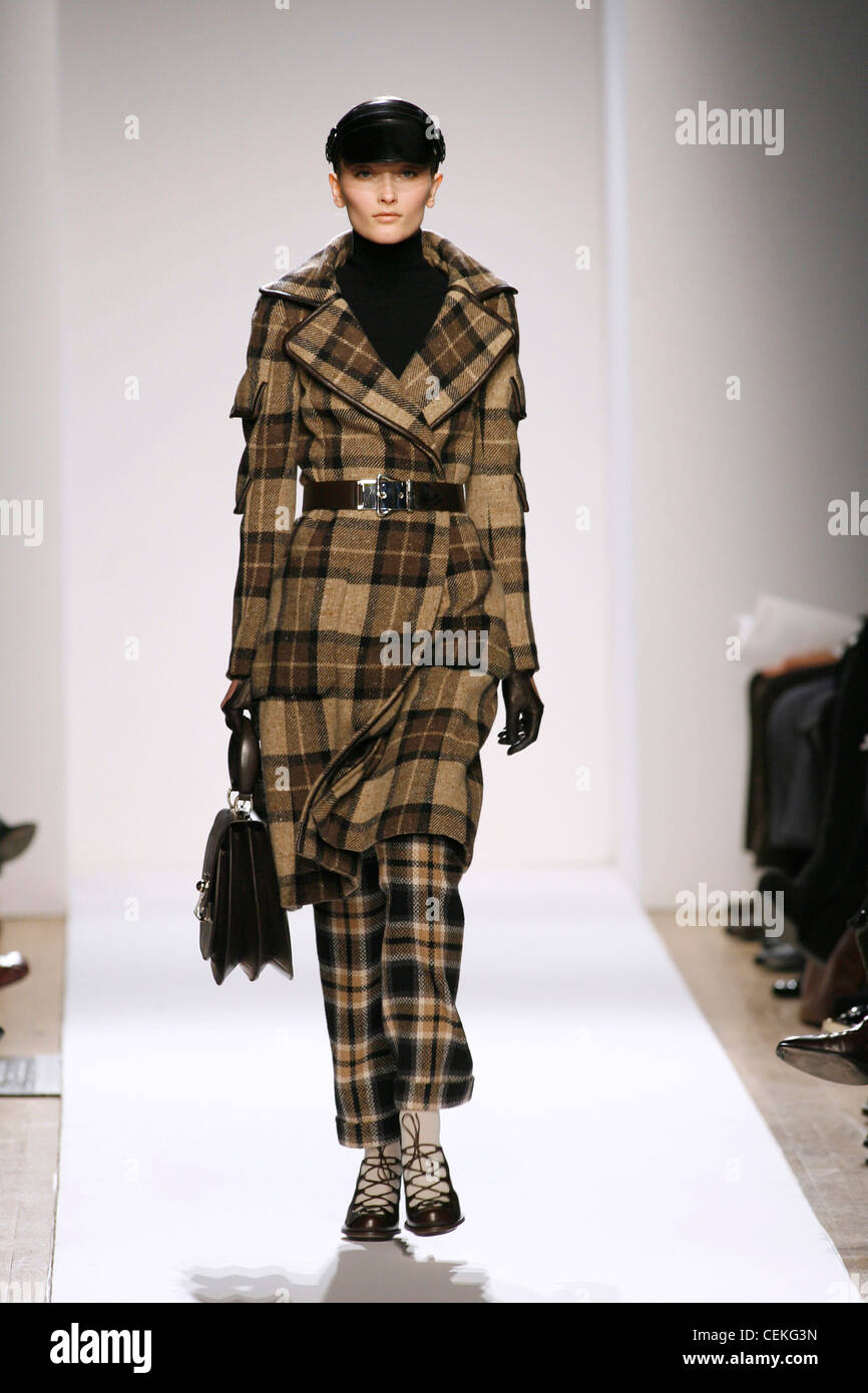 Anne Klein New York Ready to Wear Autumn Winter Model wearing camel and brown check tartan three quarter length Stock Photo
