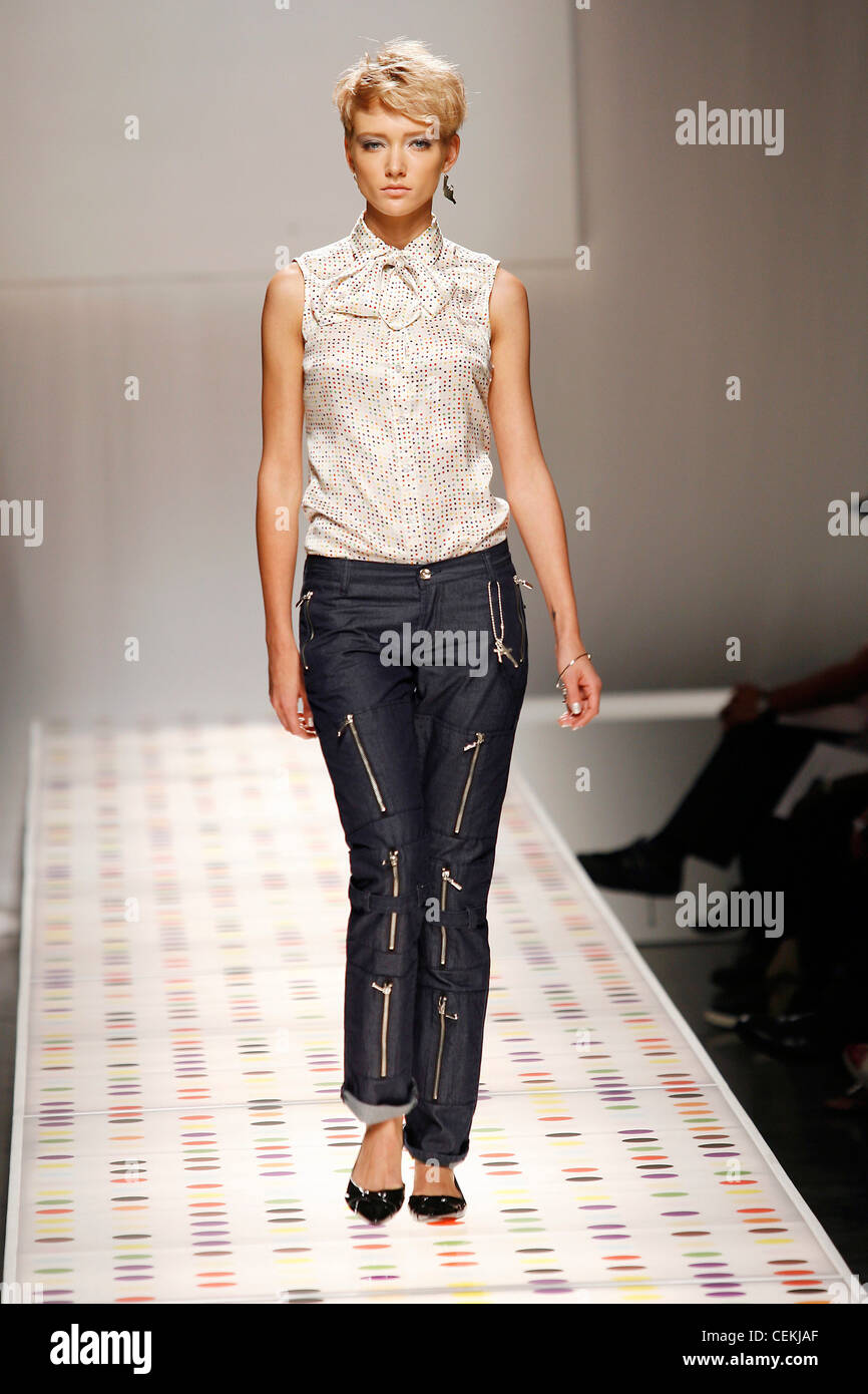 Levis New York Ready to Wear Spring Summer Tie neck sleeveless print blouse and zipper hipster jeans - Stock Image
