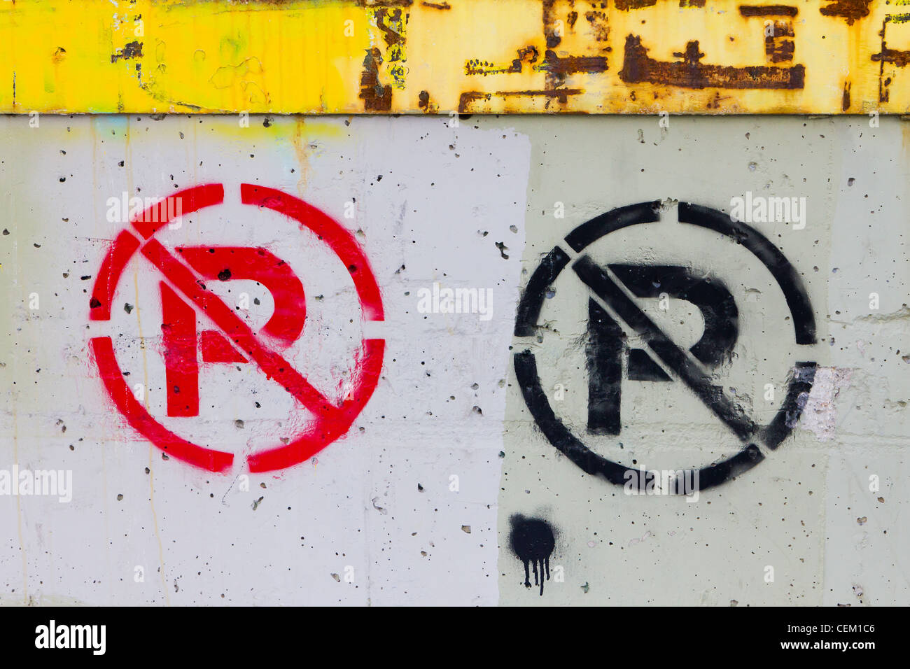 No parking sign painted on a grungy old wall on an abandoned urban building in downtown Denver Colorado USA. - Stock Image