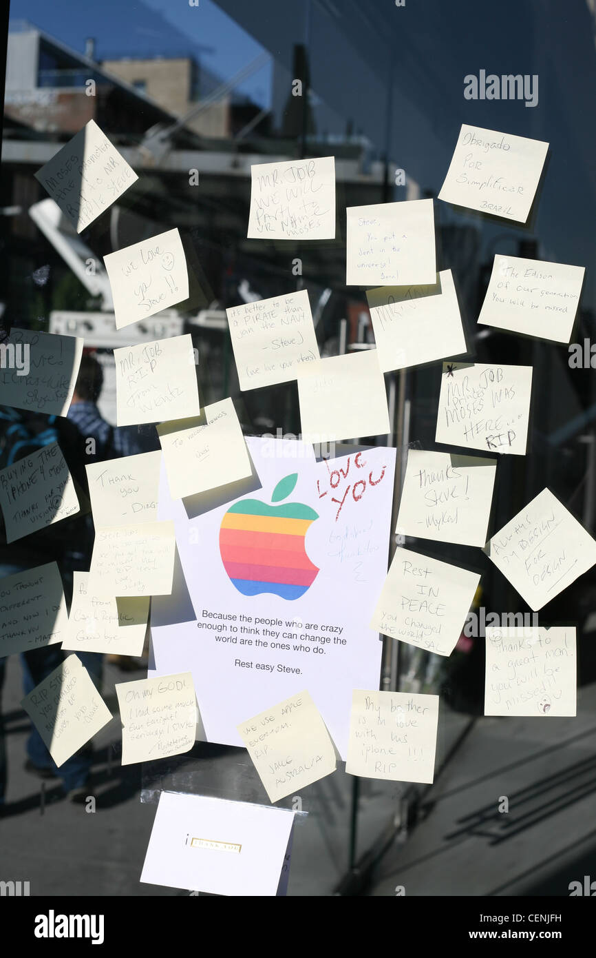 Post-it notes with messages on the window of the 14th Street Apple Store on the death of Steve Jobs - Stock Image