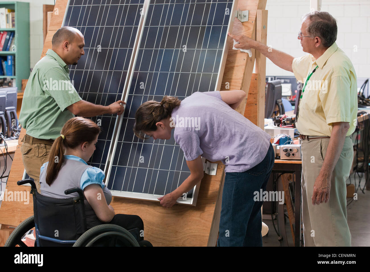 Engineering students examining photovoltaic panel's structural design and mounting - Stock Image