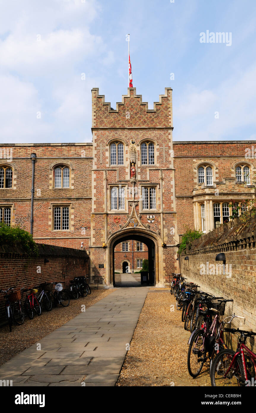Bicycles lining the path leading to the gatehouse of Jesus College, one of the constituent colleges of the University Stock Photo