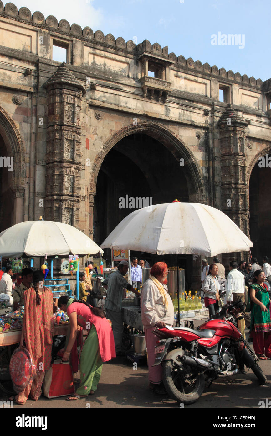 India, Gujarat, Ahmedabad, Teen Darwaja gate, street vendors, - Stock Image