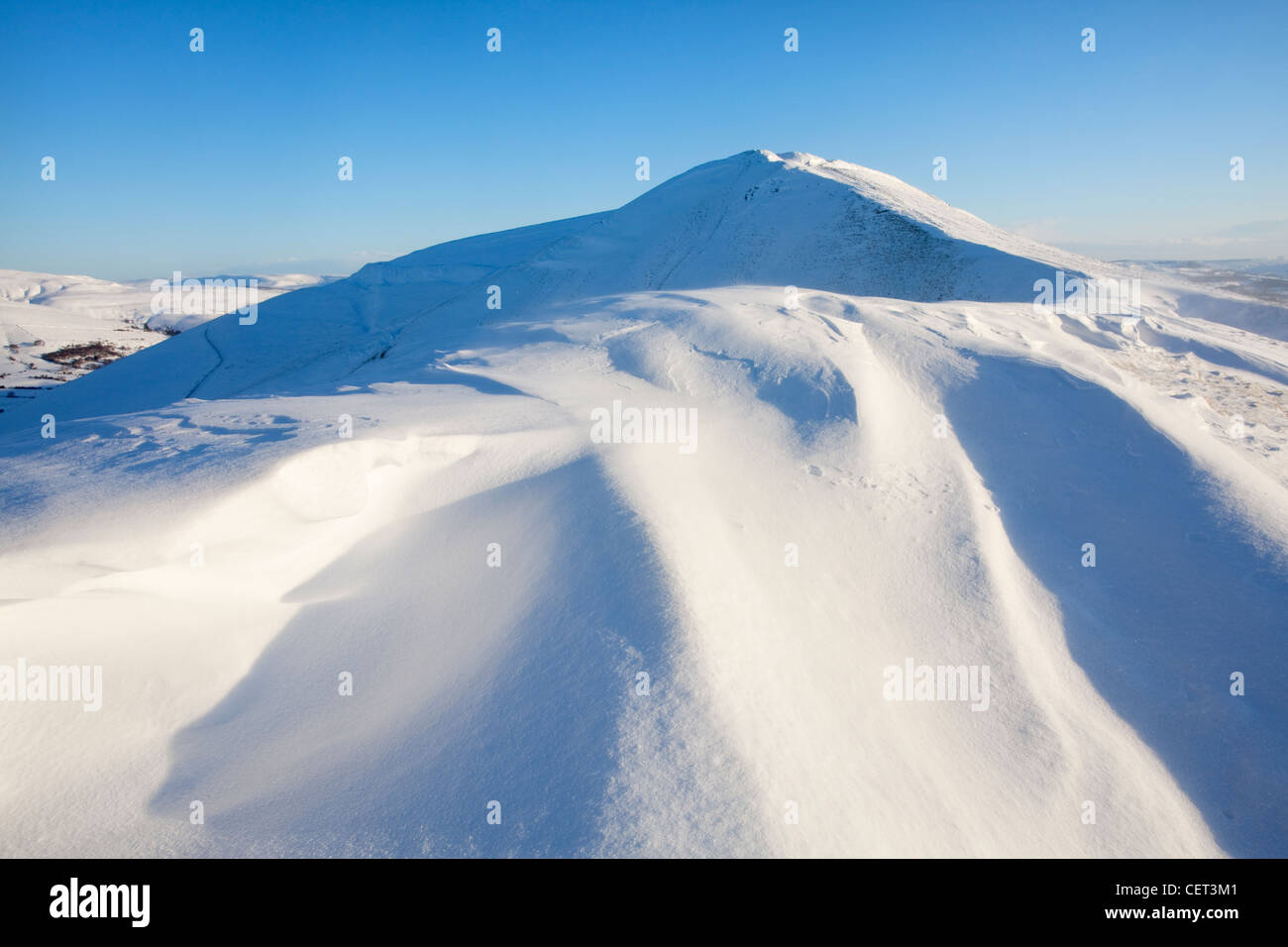 Heavy Winter snowfall on Rushup Edge in the Peak District National Park looking back towards Mam Tor. - Stock Image