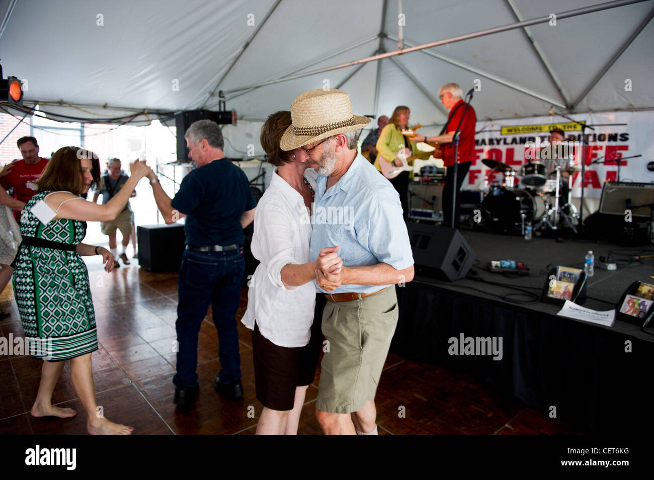Bill Kirchen and Marcy Marxer giving live performance in Baltimore and people dancing to music - Stock Image