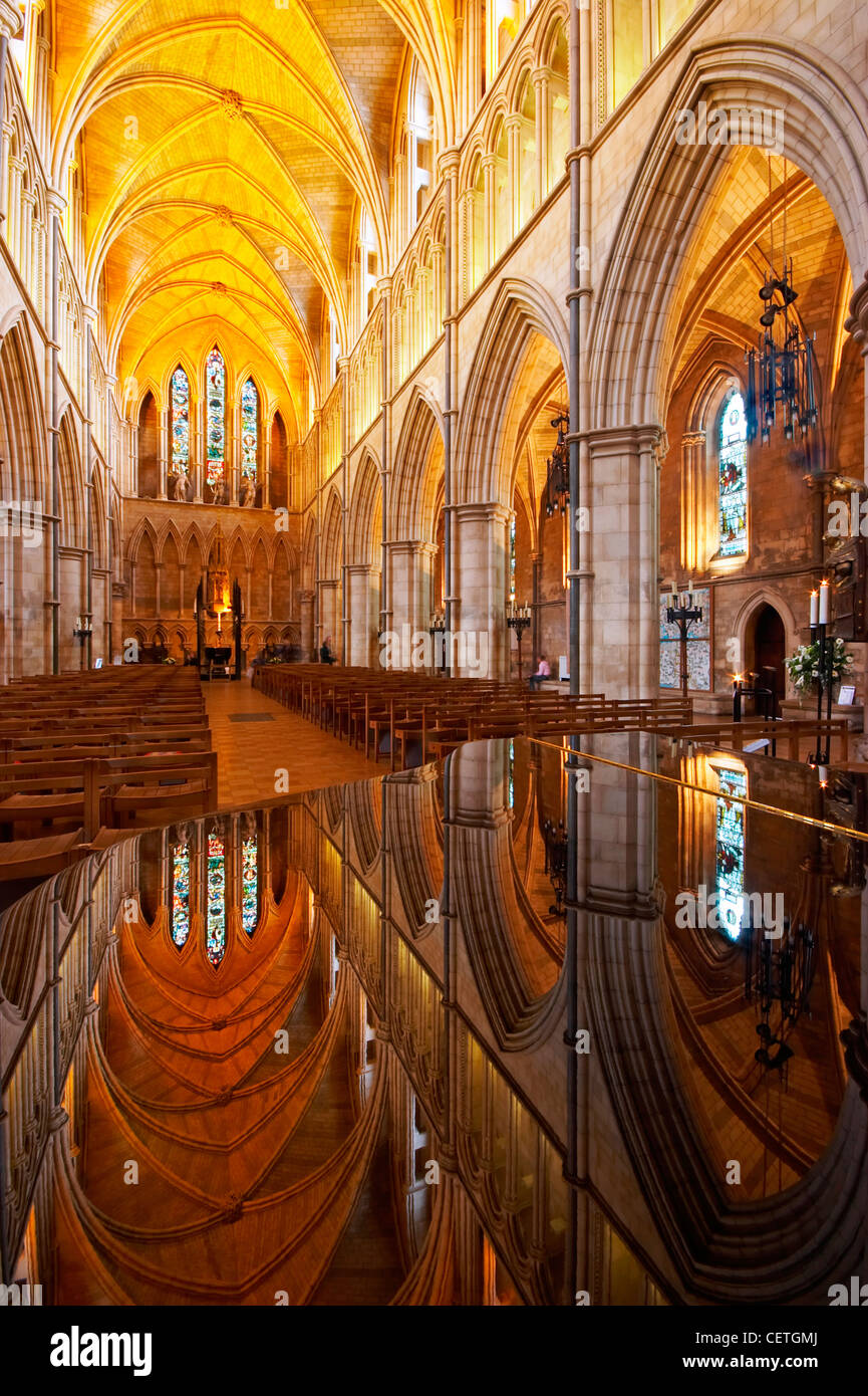 The Nave of Southwark Cathedral. William Shakespeare is believed to have been present when John Harvard, founder Stock Photo