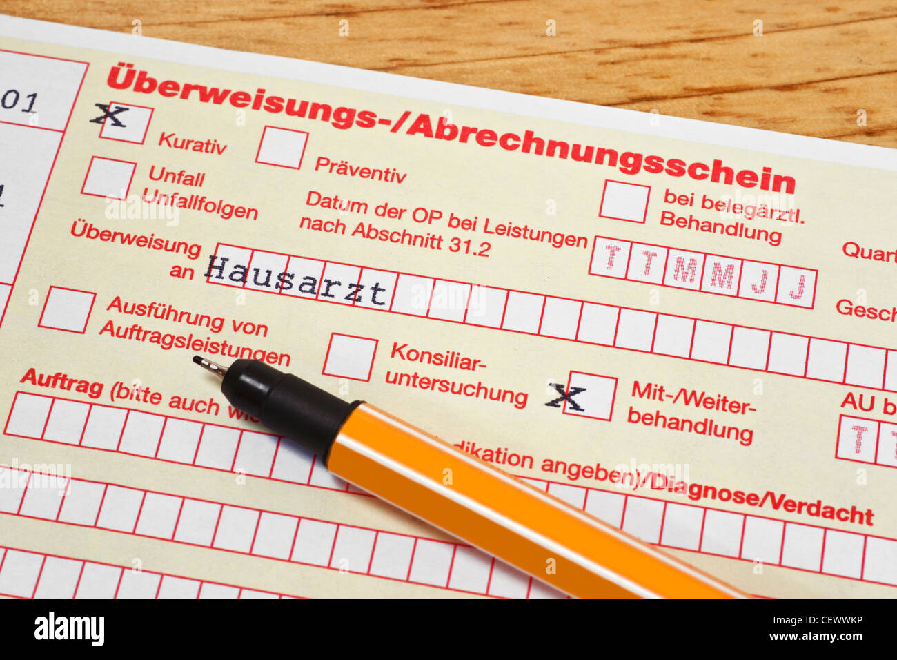 Detail photo of a German letter of referral to the general practitioner, a pen is alongside - Stock Image