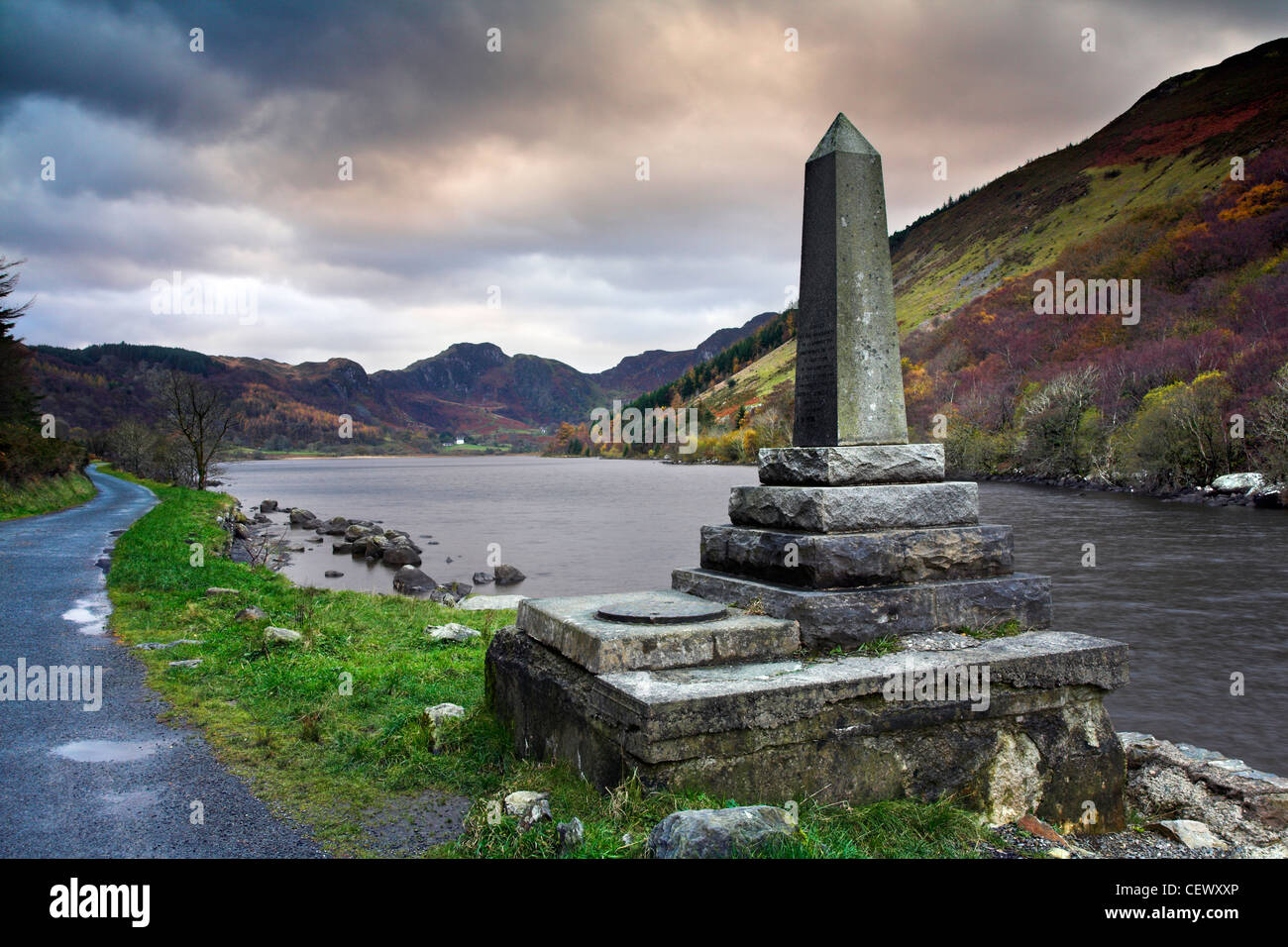 Memorial to commemorate the donation of Llyn Crafnant to the people of Llanrwst by Richard James. - Stock Image