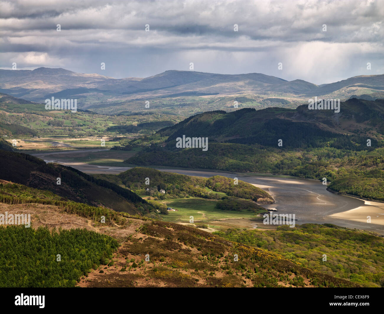 A spectacular view along the Mawddach Estuary from one of the many footpaths in the hills above Barmouth. - Stock Image