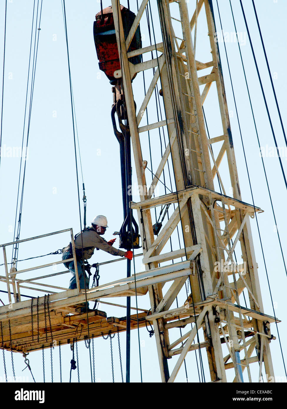 Ft Worth Tex USA - Roughneck on a mobile drilling rig pulls pipe after fracking. - Stock Image