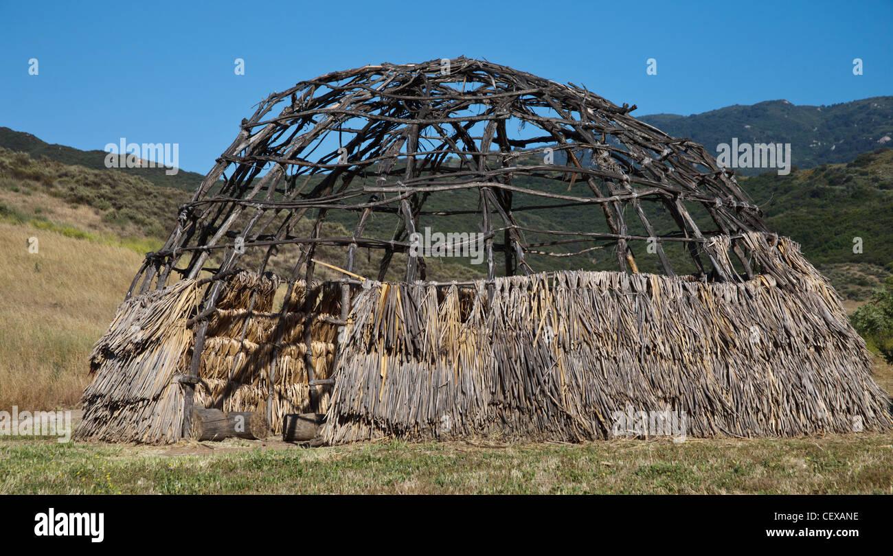 A Chumash thatched dwelling called an 'ap reconstructed at Rancho Sierra Vista/Satwiwa - Stock Image