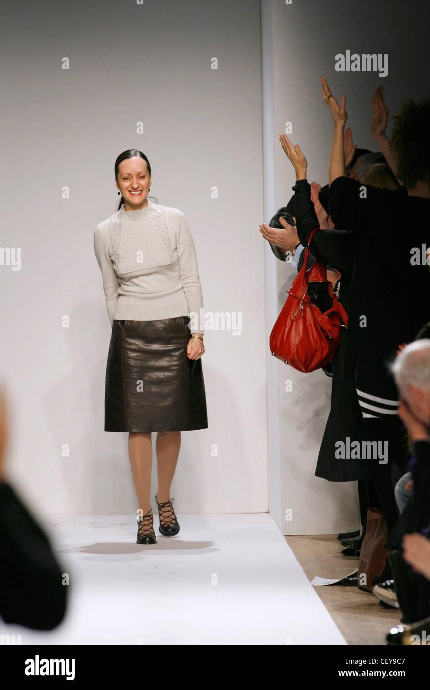 Anne Klein New York Ready to Wear Autumn Winter Fashion designer Isabel Toledo wearing brown leather skirt, beige Stock Photo