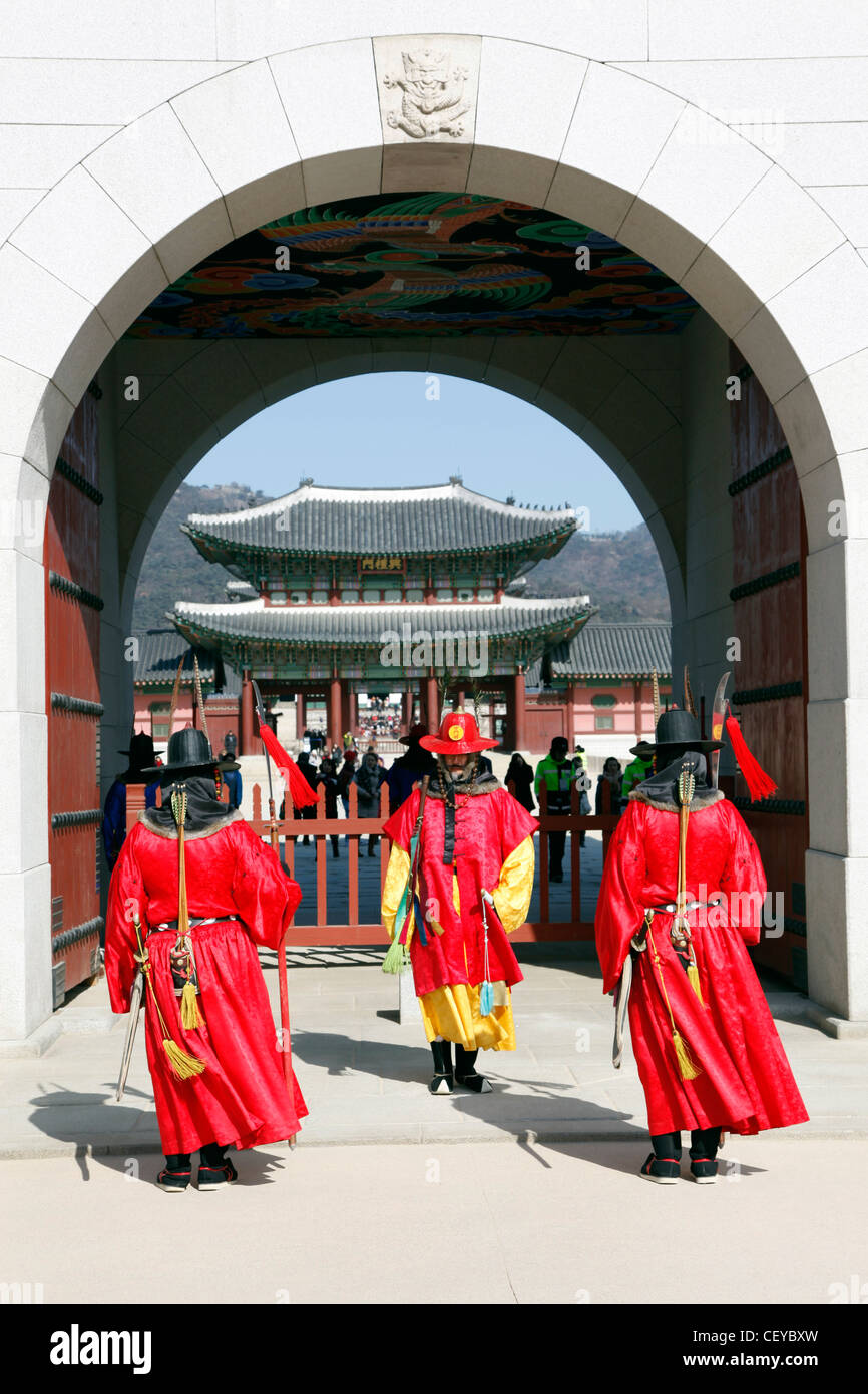 Soldiers in traditional Korean costume changing the guard at Gyeongbok Palace in Seoul, South Korea - Stock Image