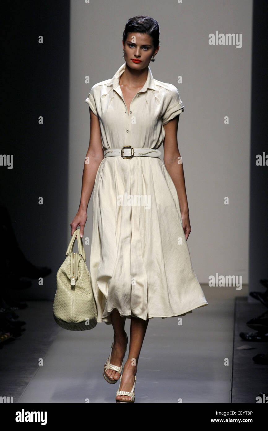 affc3934a24 Bottega Veneta Milan Ready to Wear Spring Summer Brazilian model Isabeli  Fontana carrying leather handbag