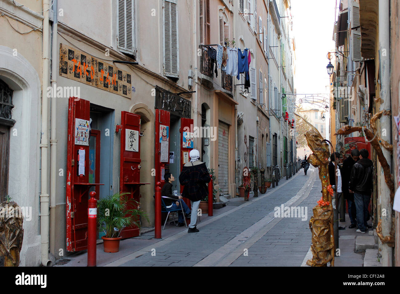 Typical street scene in the Panier District of Marseille - Stock Image