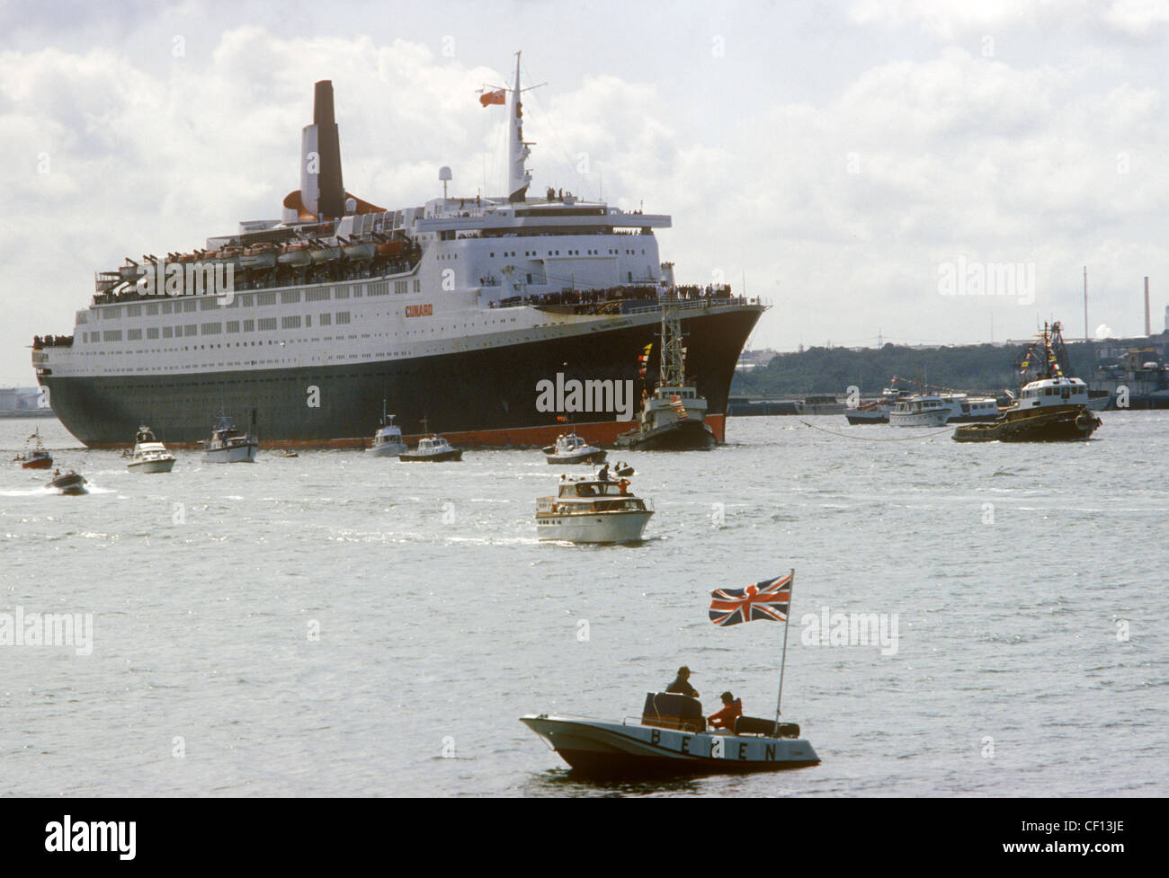 Queen Elizabeth 2 QE2 returning to Southampton water from the Falklands War as a Troop Carriers.  June 1982  1980S - Stock Image