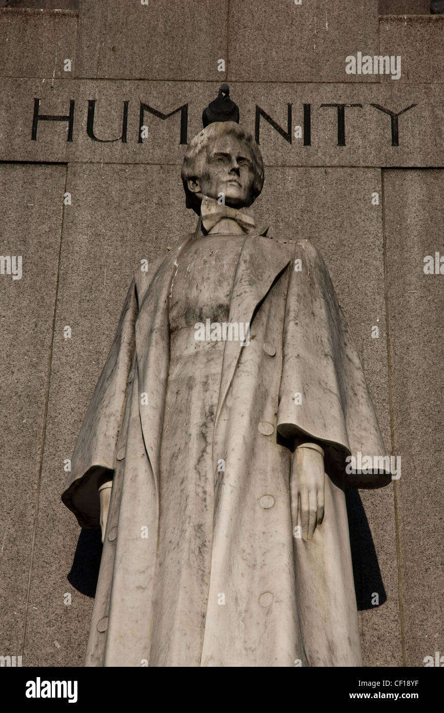 Memorial statue to World War I heroine Edith Cavell in St Martin's Place, the 'A' of HUMANITY replaced - Stock Image