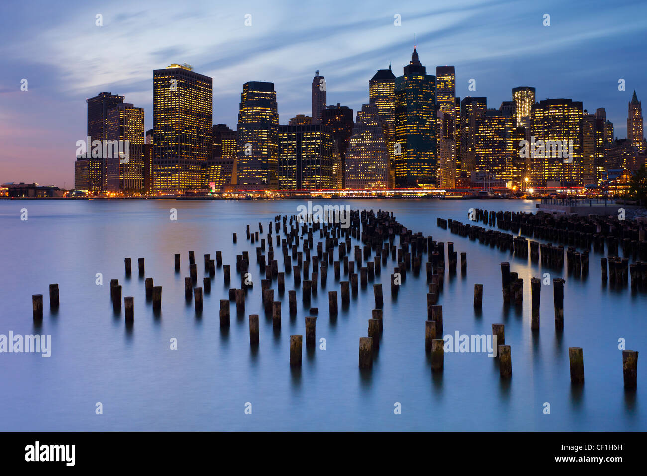 United States of America, New York, Dusk view of the skyscrapers of Manhattan from the Brooklyn Heights neighborhood. - Stock Image