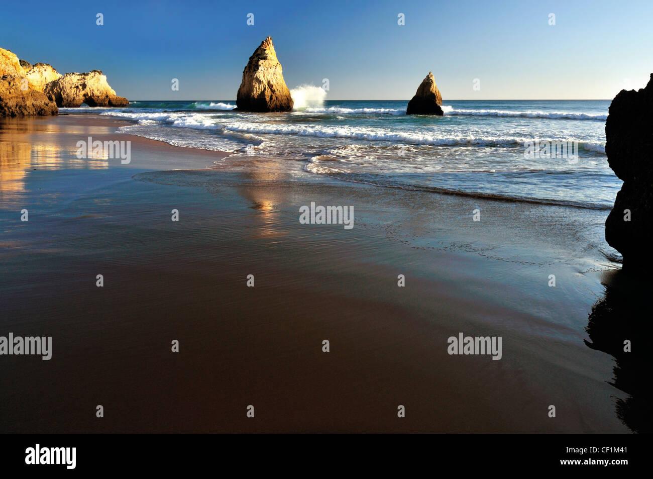 Portugal, Algarve: Rock formations at beach Prainha near Alvor - Stock Image