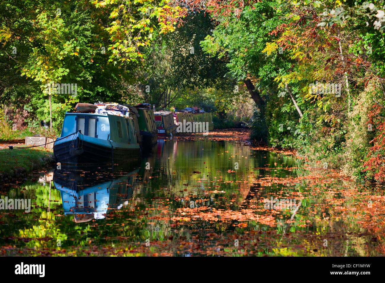 Houseboats on Oxford Canal in autumn. - Stock Image