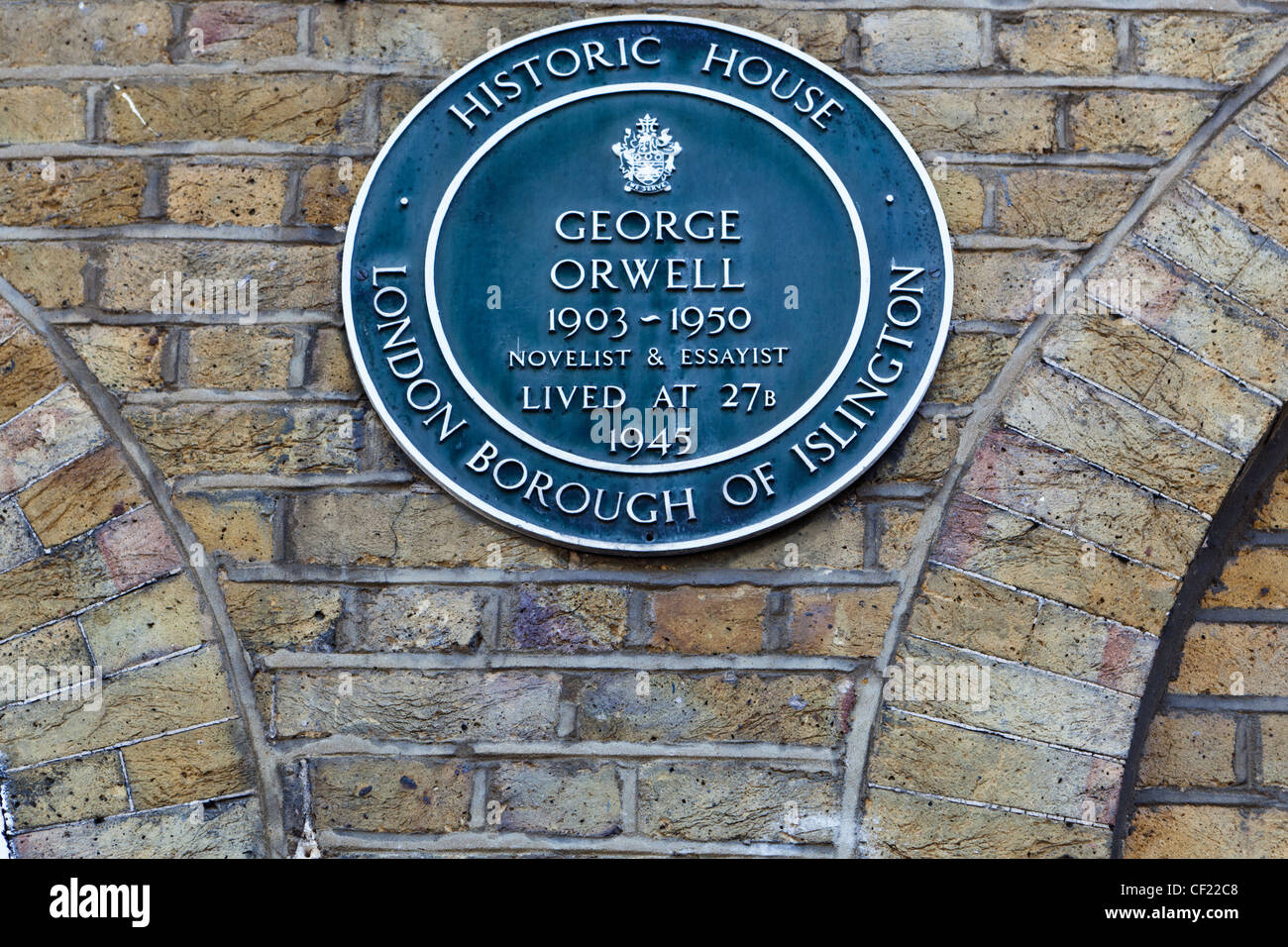 Blue Plaque on the wall of 27b Canonbury Square, home to novelist George Orwell in 1945 until his death in 1950. - Stock Image