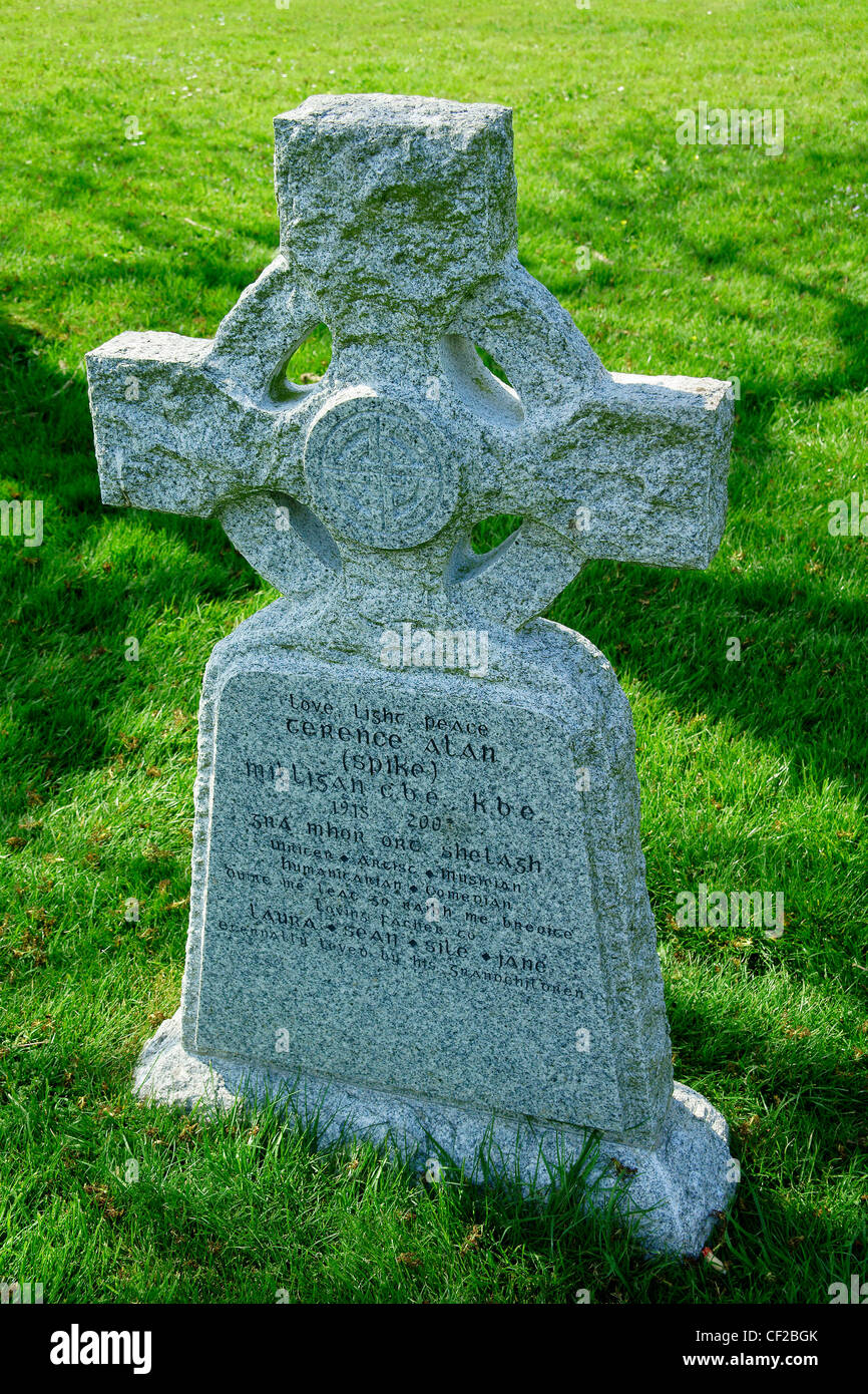 The grave of comedian and entertainer Spike Milligan who died in 2002, in  St Thomas's churchyard at Winchelsea. - Stock Image