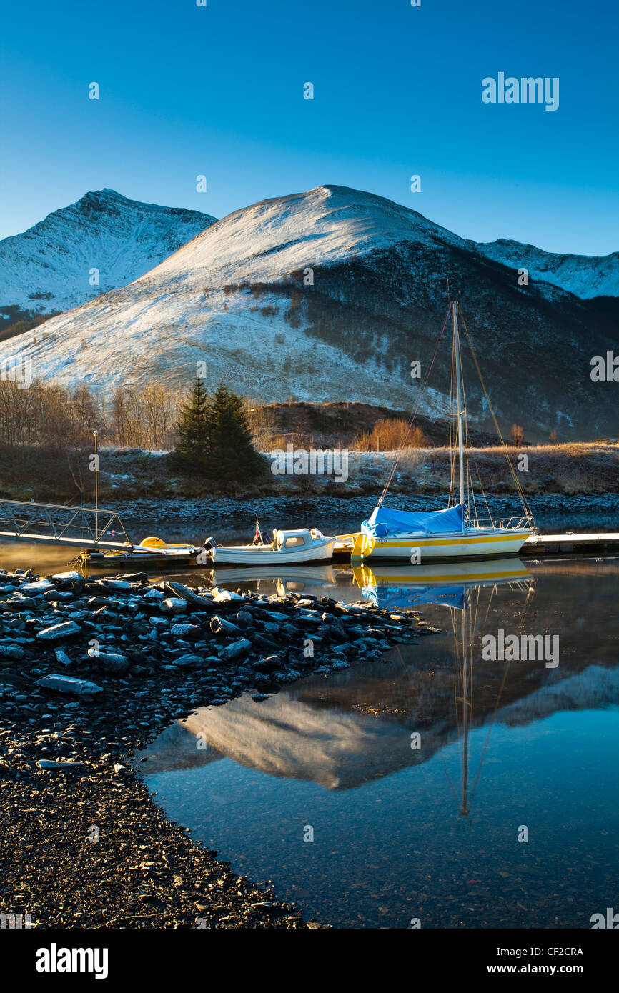 Sailing boats moored on Loch Leven, looking towards Beinn Bhan, Sgorr Bhan and Sgorr Dhearg. - Stock Image