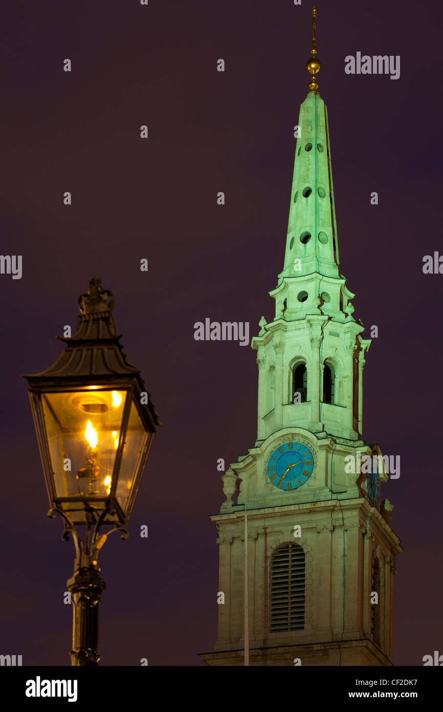 Flame lit street lamp and the church spire of St Martin-in-the-Fields near Trafalgar Square, at dusk. - Stock Image