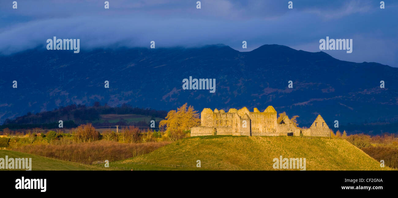 Dramatic light bathes the Ruthven Barracks in the Cairngorms National Park, with the Monadhliath Mountains overlooking - Stock Image