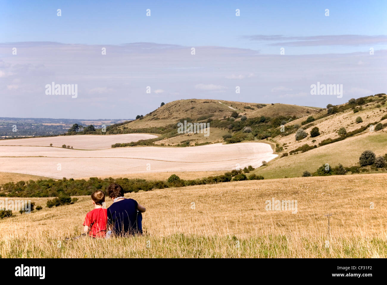 Chiltern Hills - on Pitstone Hill - woman and child enjoying view to Ivinghoe Beacon high summer day - Stock Image