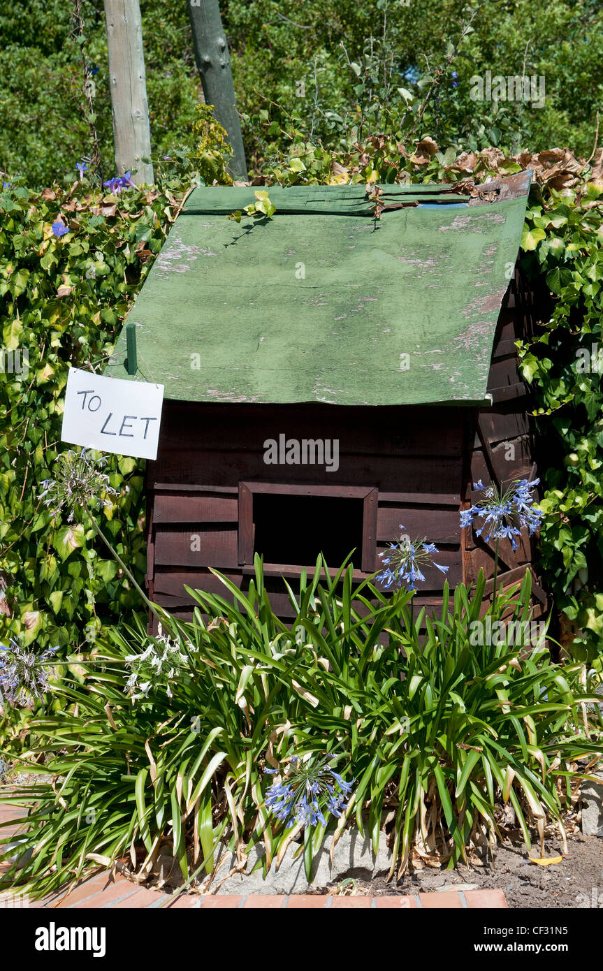 Garden shed with a 'to let' hanging sign - Stock Image