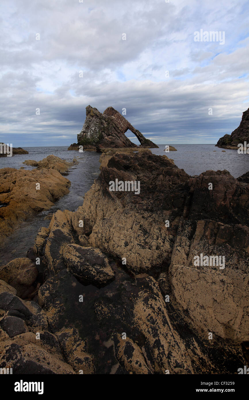 Bow Fiddle Rock, a large rock just off the coast that resembles the bow of a fiddle. - Stock Image