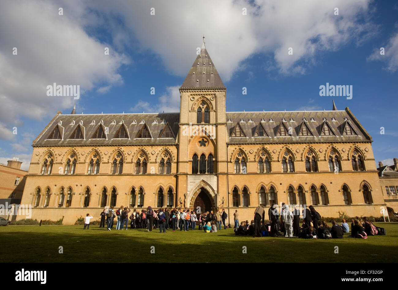 School groups and tourists outside the Pitt Rivers Museum in Oxford. The museum was founded in 1844 when Lt.-General - Stock Image