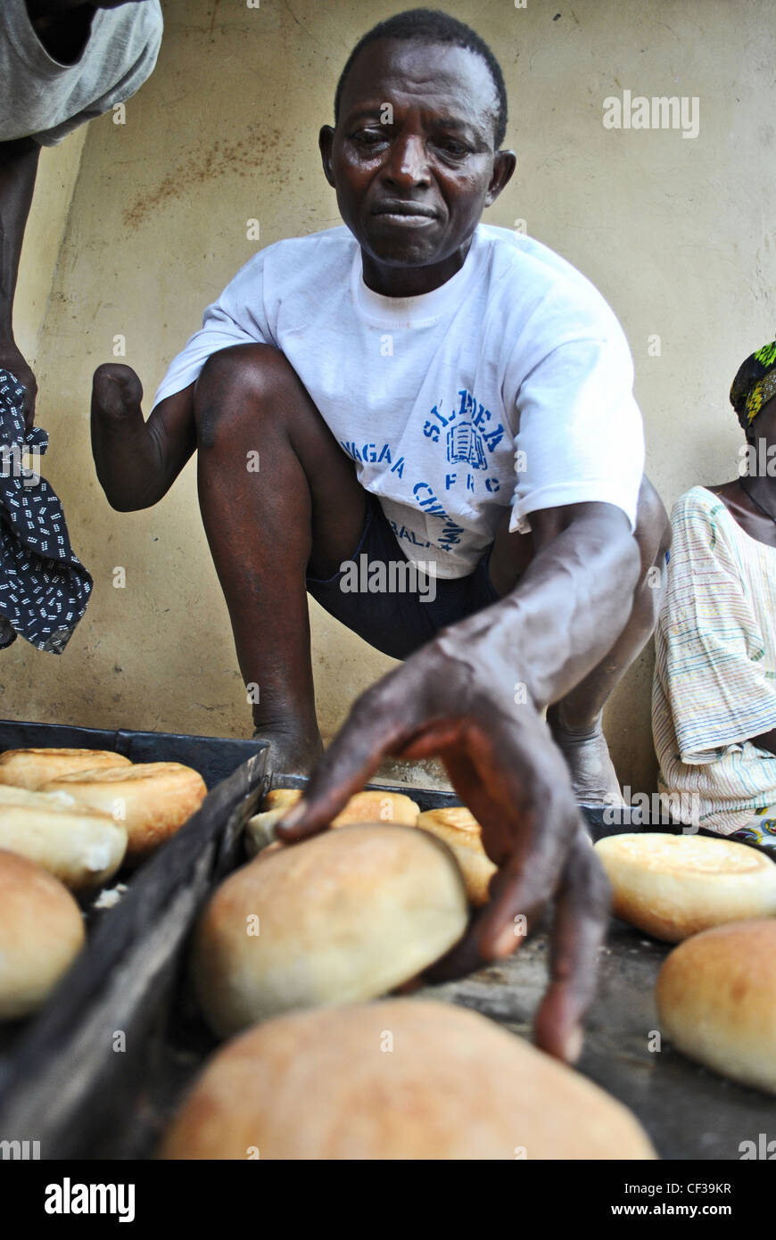 Amputee from Sierra Leone's civil war, now a baker in Kabala, Sierra Leone - Stock Image