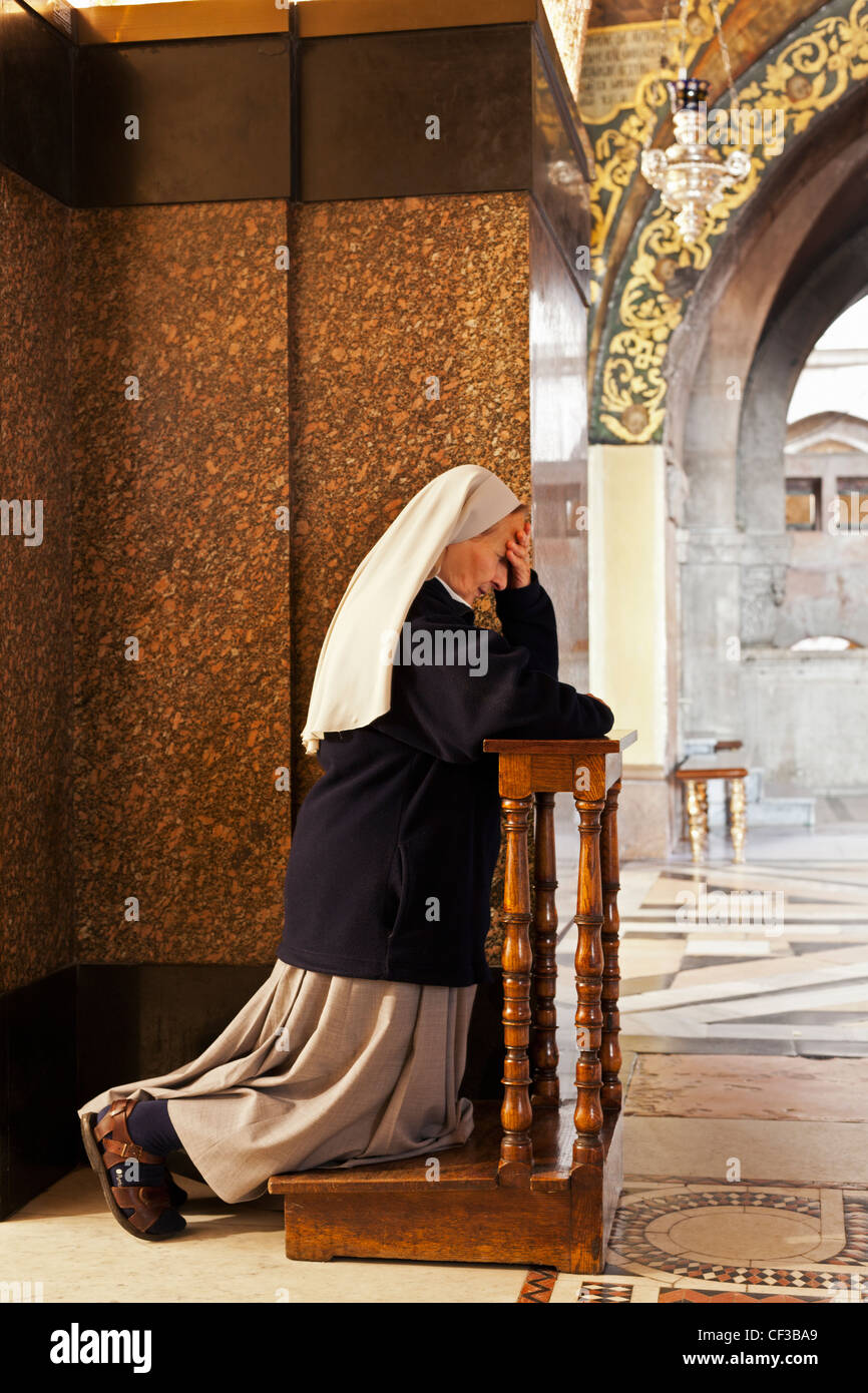 Israel,Jerusalem, Church of the Holy Sepulchre, nun praying Stock Photo