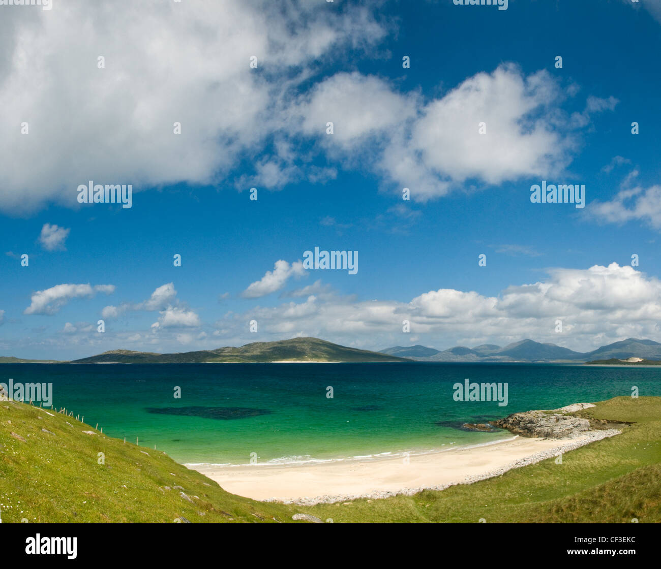 View to Taransay across the beach at Seilebost in the Isle of Harris. - Stock Image