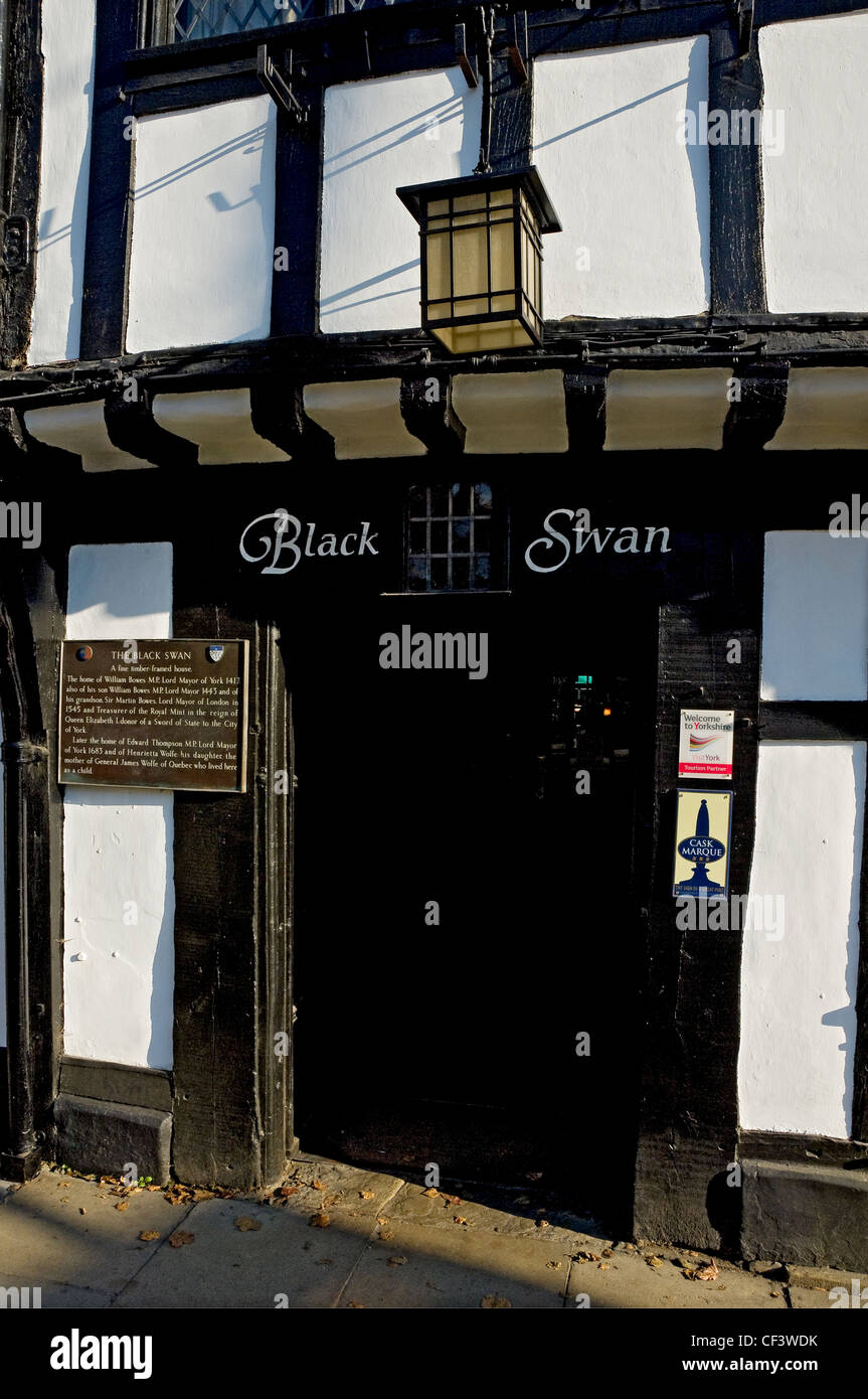 Entrance to the Black Swan pub in Peasholme Green. The first record of the building being used as a pub is from - Stock Image