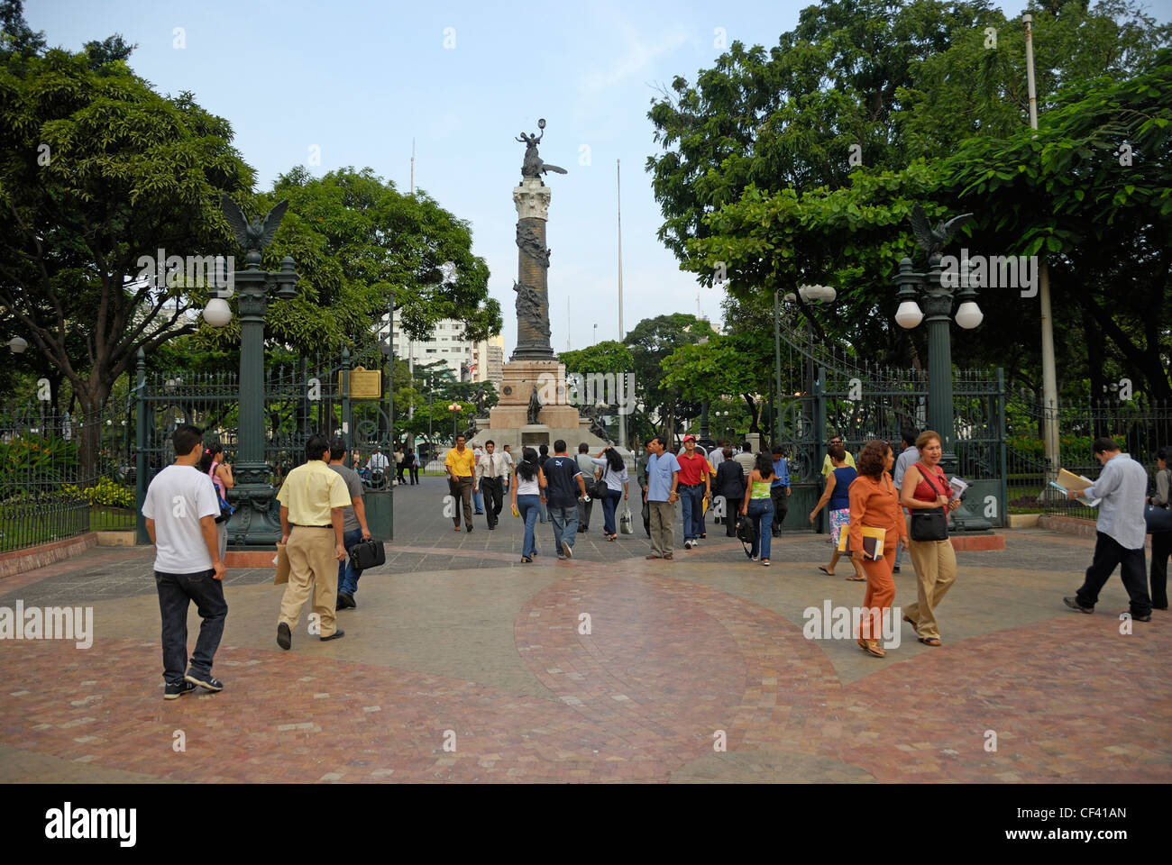 People at the gates of the Parque Centenario, Guayaquil, Ecuador - Stock Image