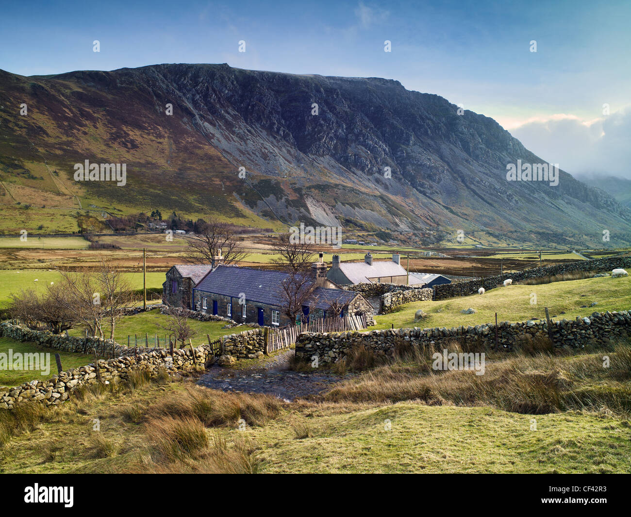 A remote farmhouse in the valley of Nant Francon in the heart of Snowdonia. - Stock Image