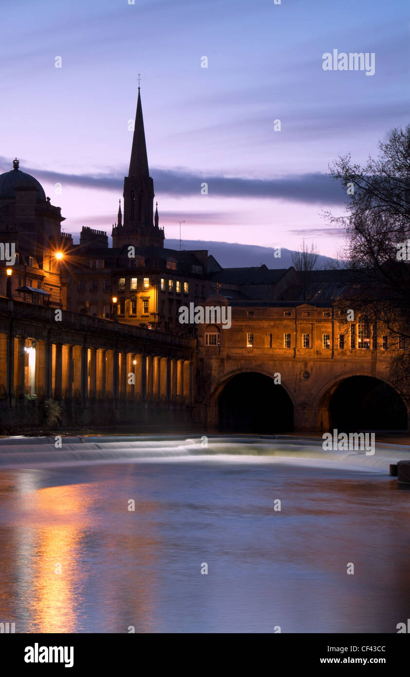 Pulteney Bridge and Bath city at dusk with the River Avon in the foreground. - Stock Image