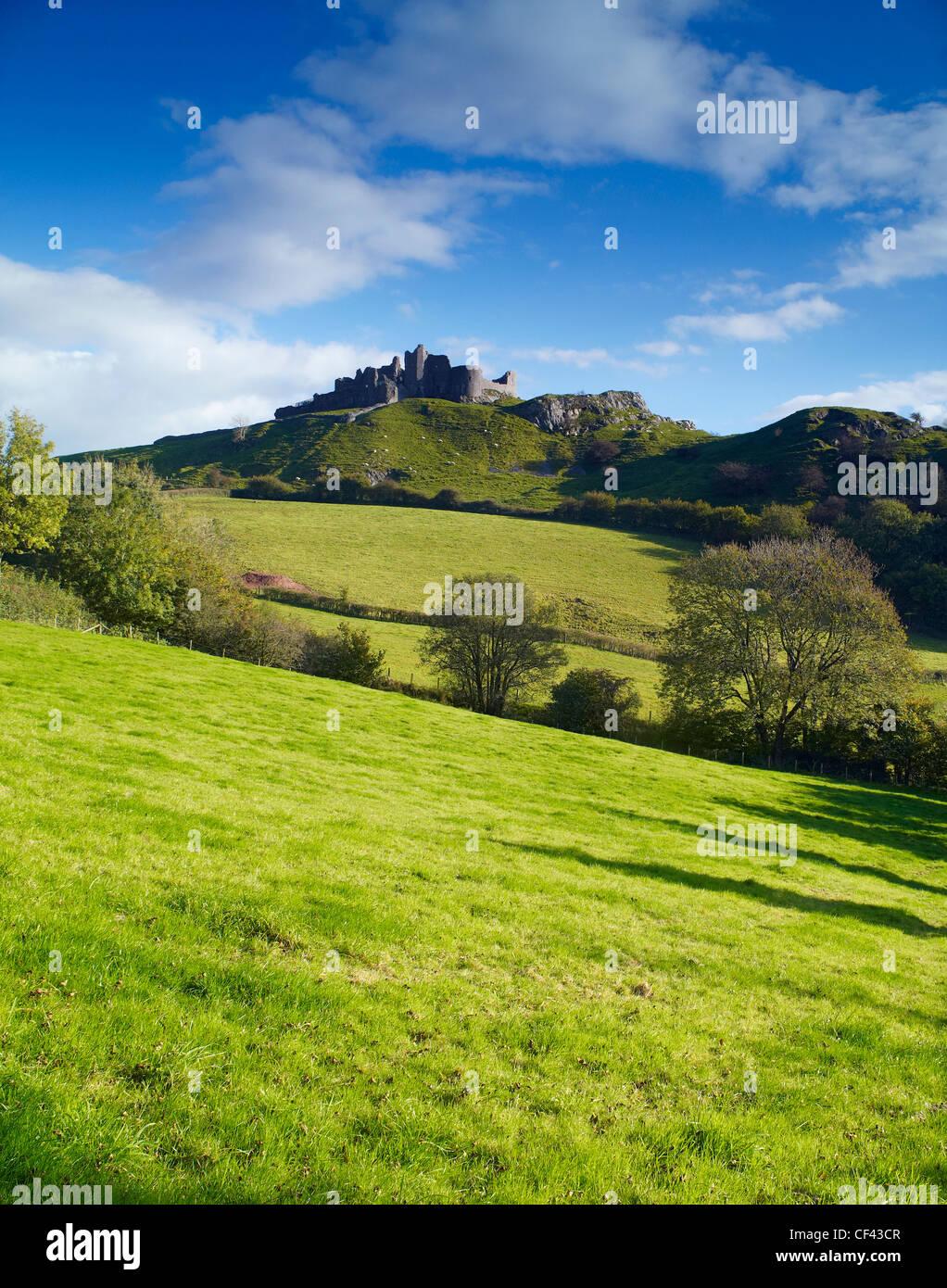 View across rolling hills towards Carreg Cennen Castle. - Stock Image