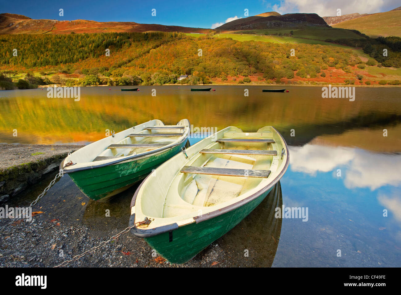 Fishing boats on Tal Y Llyn lake in Snowdonia. - Stock Image