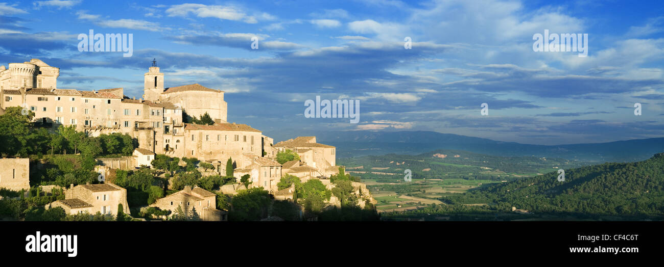 A view of the hilltop village of Gordes at sunset. - Stock Image