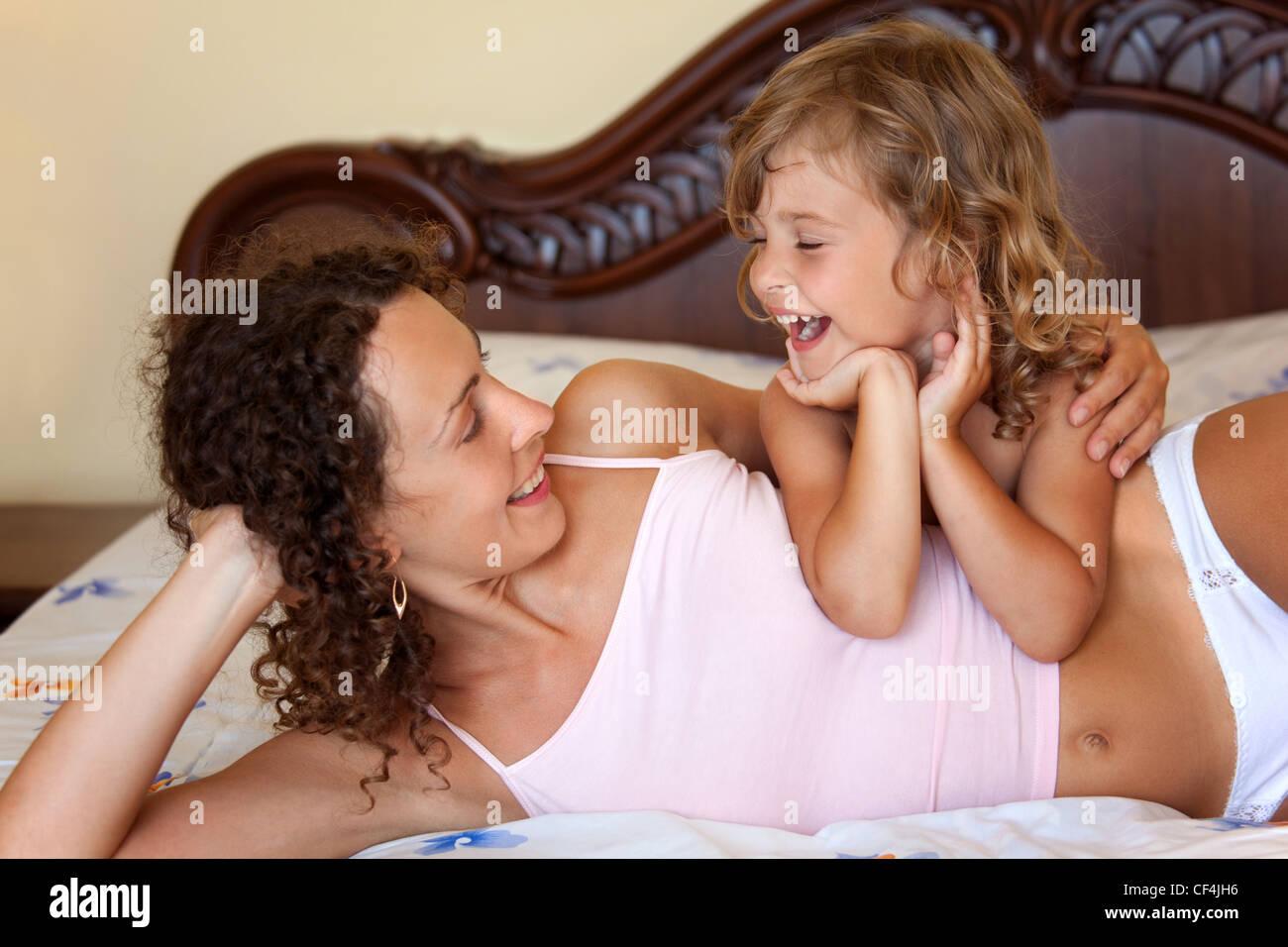 Смотреть секс мама дочка, В инцест видео мамы с дочкой есть место и соблазну 11 фотография