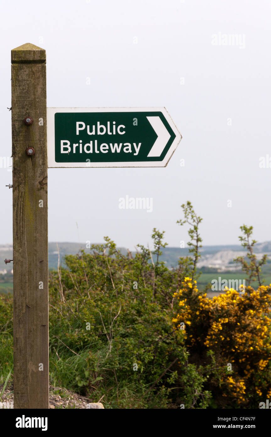 Public Bridleway sign.  See CF4N8H for left pointing sign. - Stock Image