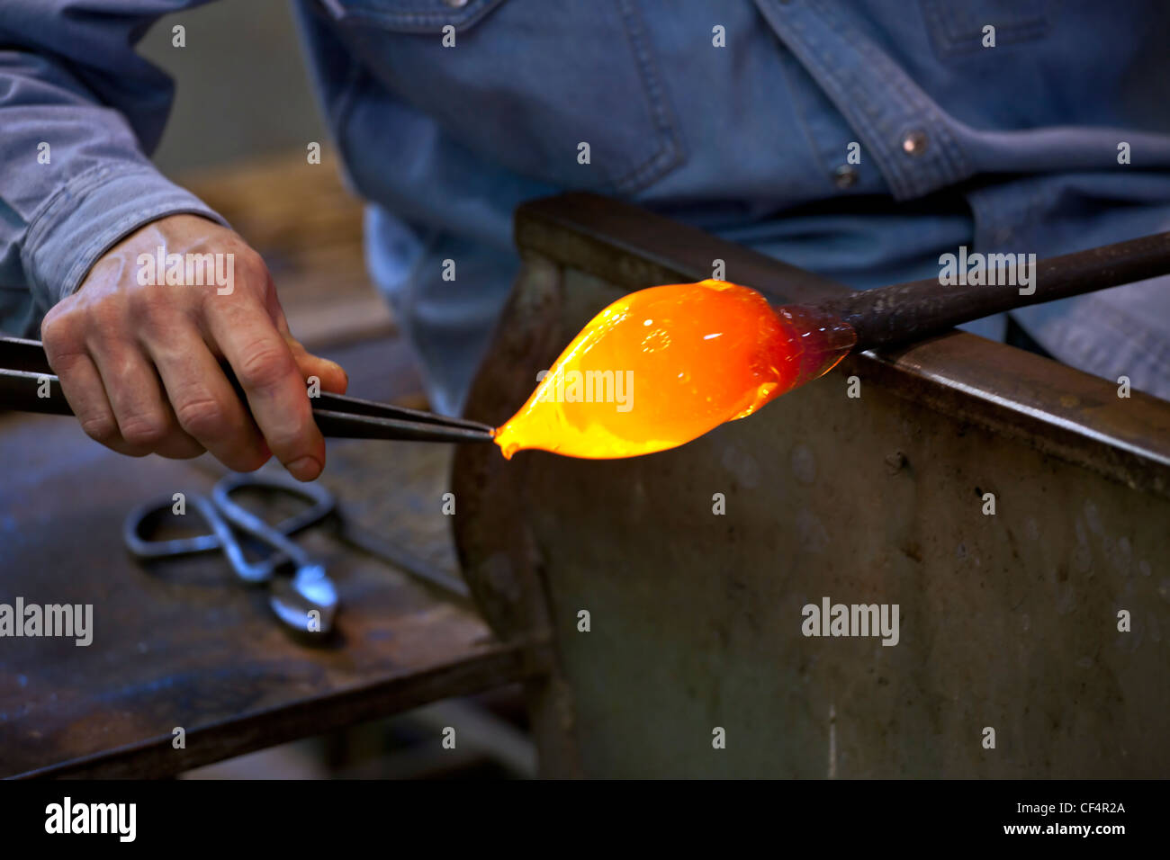 Art glass blower from Murano forms a figure - Stock Image