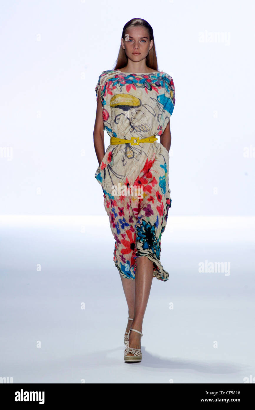 Anne Klein New York Ready to Wear Spring Summer Model long blonde hair wearing printed dress slash neck and sleeves, Stock Photo